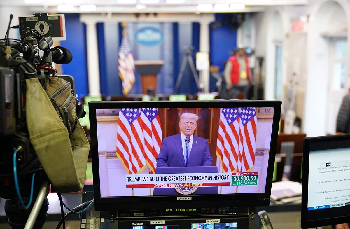 Donald Trumpin julkaisema vidotervehdys pyöri näytöllä Valkoisessa talossa 19. tammikuuta.