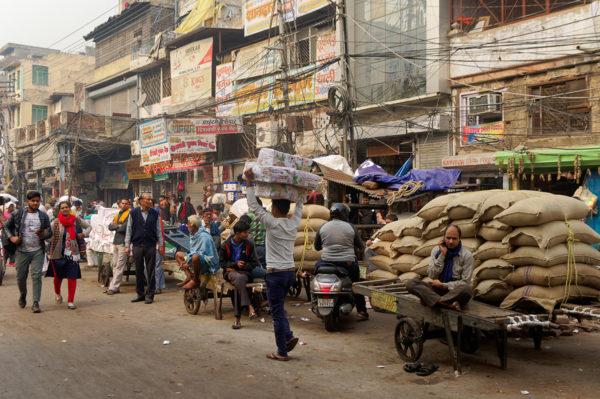 Katunäkymä Delhissä joulukuussa 2019. Kuvituskuva.