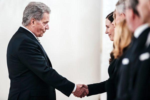 Presidentti Sauli Niinistö kätteli tuoretta pääministeriä Sanna Marinia Presidentinlinnassa 10. joulukuuta 2019.