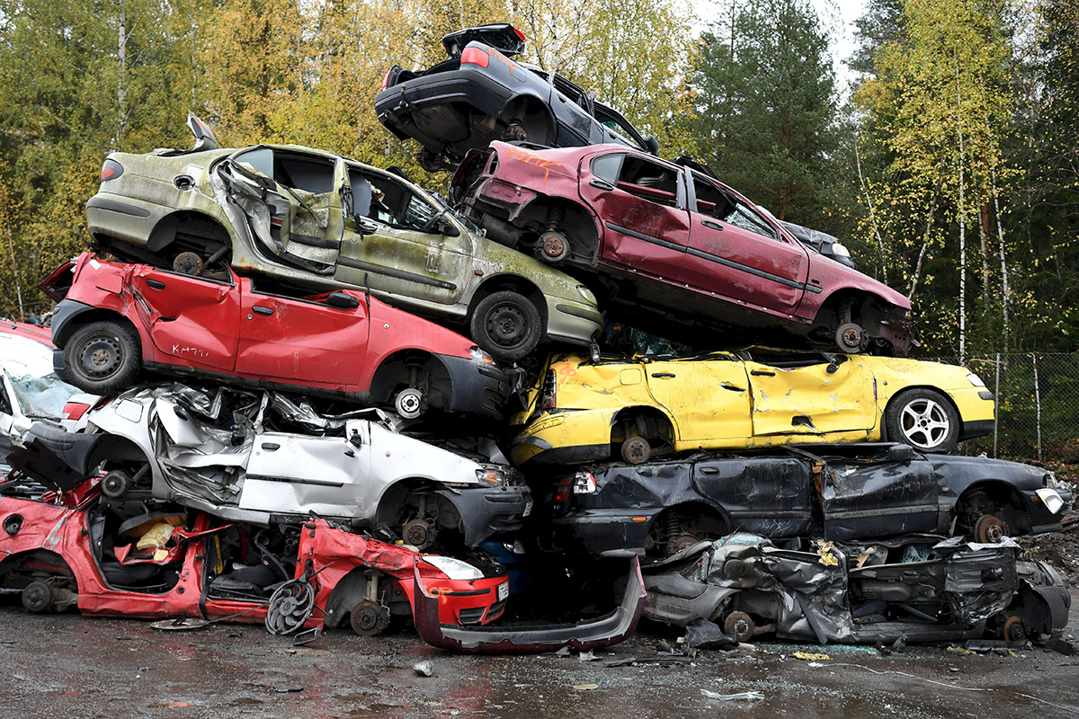 Autonromut odottavat murskausta autokierrätysyritys Kuusakosken toimipisteellä Vantaalla 21. lokakuuta 2020.