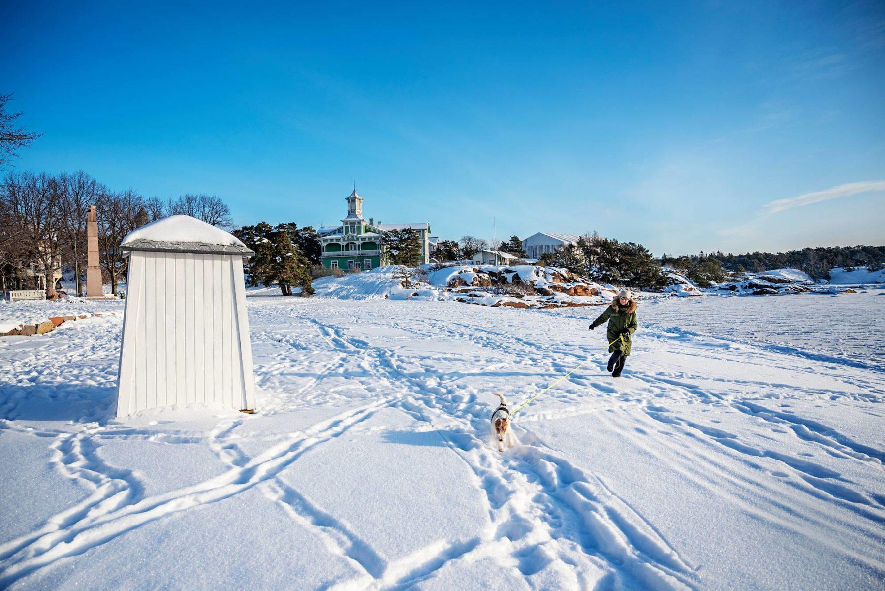 Hangon rannoilla on tänä talvena nautittu auringosta, lumesta ja jäästä. Vihreä Tellinan huvila on rakennettu vuonna 1880 ja toimii pensionaattina.