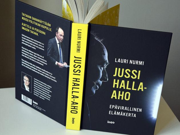 Toimittaja Lauri Nurmen kirjoittama perussuomalaisten puheenjohtajasta Jussi Halla-ahosta kertova kirja, Jussi Hallla-aho Epävirallinen Elämäkerta, kuvattuna eduskunnassa Helsingissä 14. lokakuuta 2020.