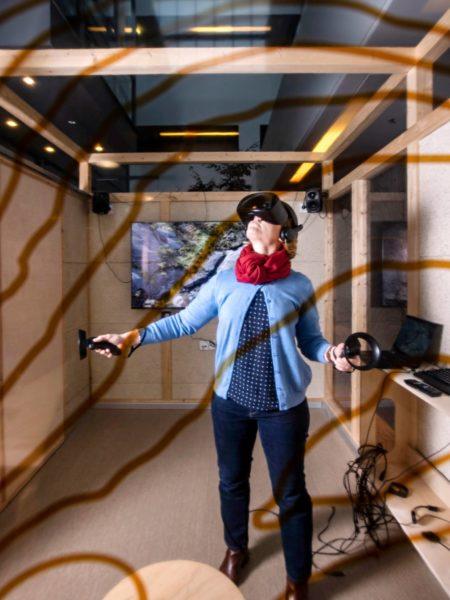 Tuuli Toivonen Helsingin yliopiston Physicum-rakennuksen 3D-virtuaalitilassa.