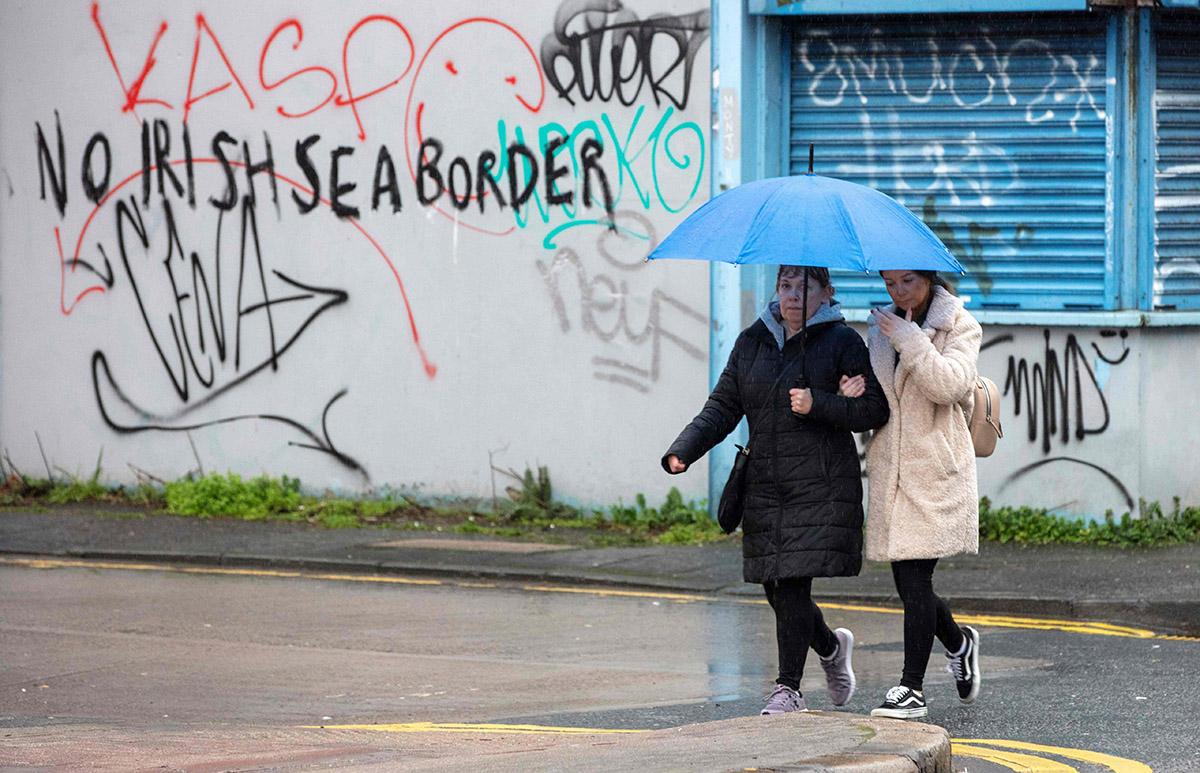 Irlannin merirajaa vastustavia seinäkirjoituksia alkoi ilmestyä jo tammikuun puolivälissä. Kuva Belfastista 2. helmikuuta.