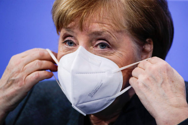 Saksan liittokansleri Angela Merkel puki kasvomaskin Berliinissä 19. tammikuuta.