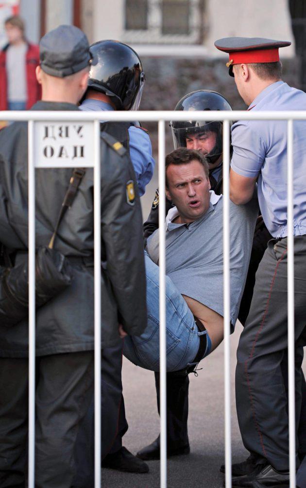 """Poliisi pidätti Navalnyin """"Miljoonien marssi"""" -mielenosoituksessa Moskovassa 6. toukokuuta 2012, Putinin kolmannen virkakauden aattona."""