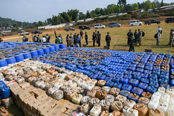 Myanmarin viranomaiset esittelevät Kultaisen kolmion alueelta takavarikoituja huumeiden raaka-aineita ja huumeita maaliskuussa 2020.