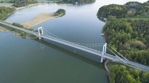 Vuonna 1963 valmistunut Kirjalansalmen silta yhdistää saariston mantereeseen.