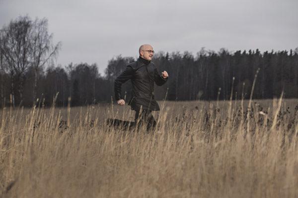 Kirjailija Jukka Laajarinne Espoon Suurpellossa.