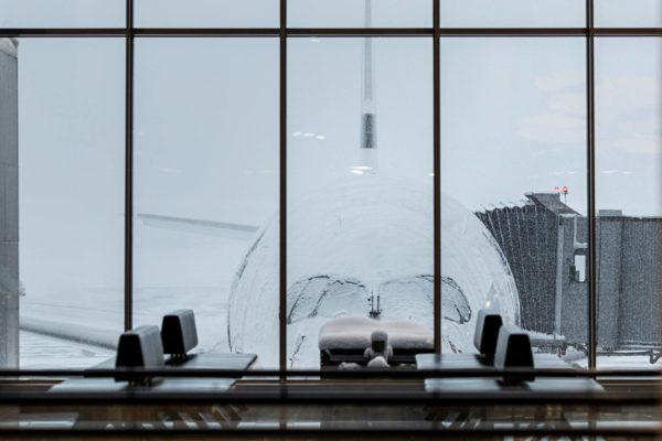 Lumimyräkkä koetteli Helsinki-Vantaan lentokenttää tiistaina 12. tammikuuta 2021.