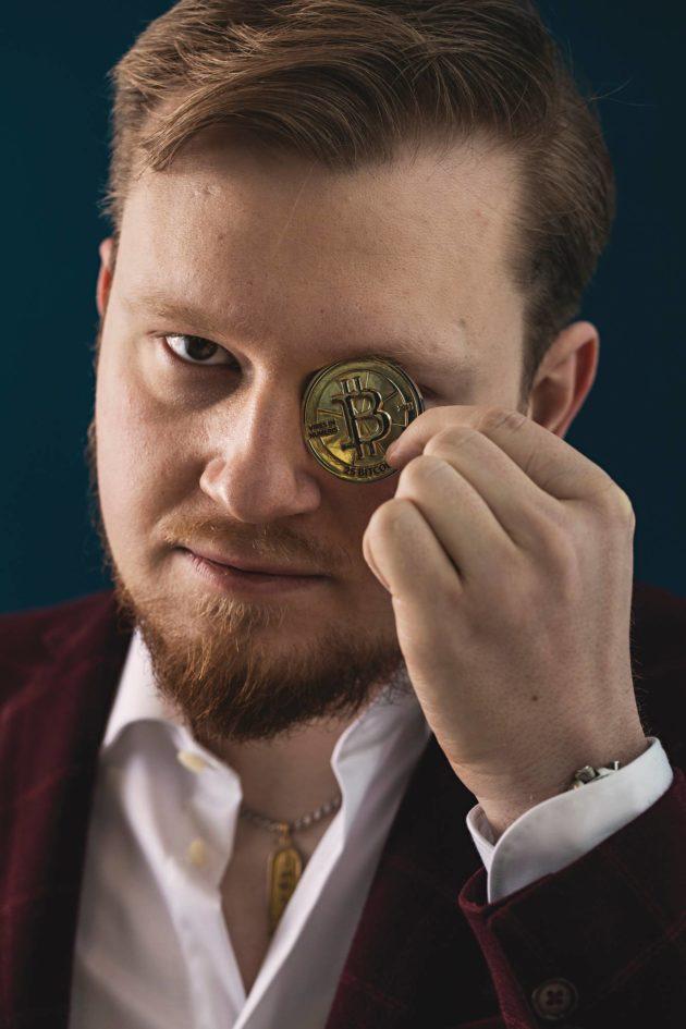 Elias Ahonen keräilee kryptokolikoita. Kahdeksassa vuodessa tämän kolikon arvo on tuhatkertaistunut.