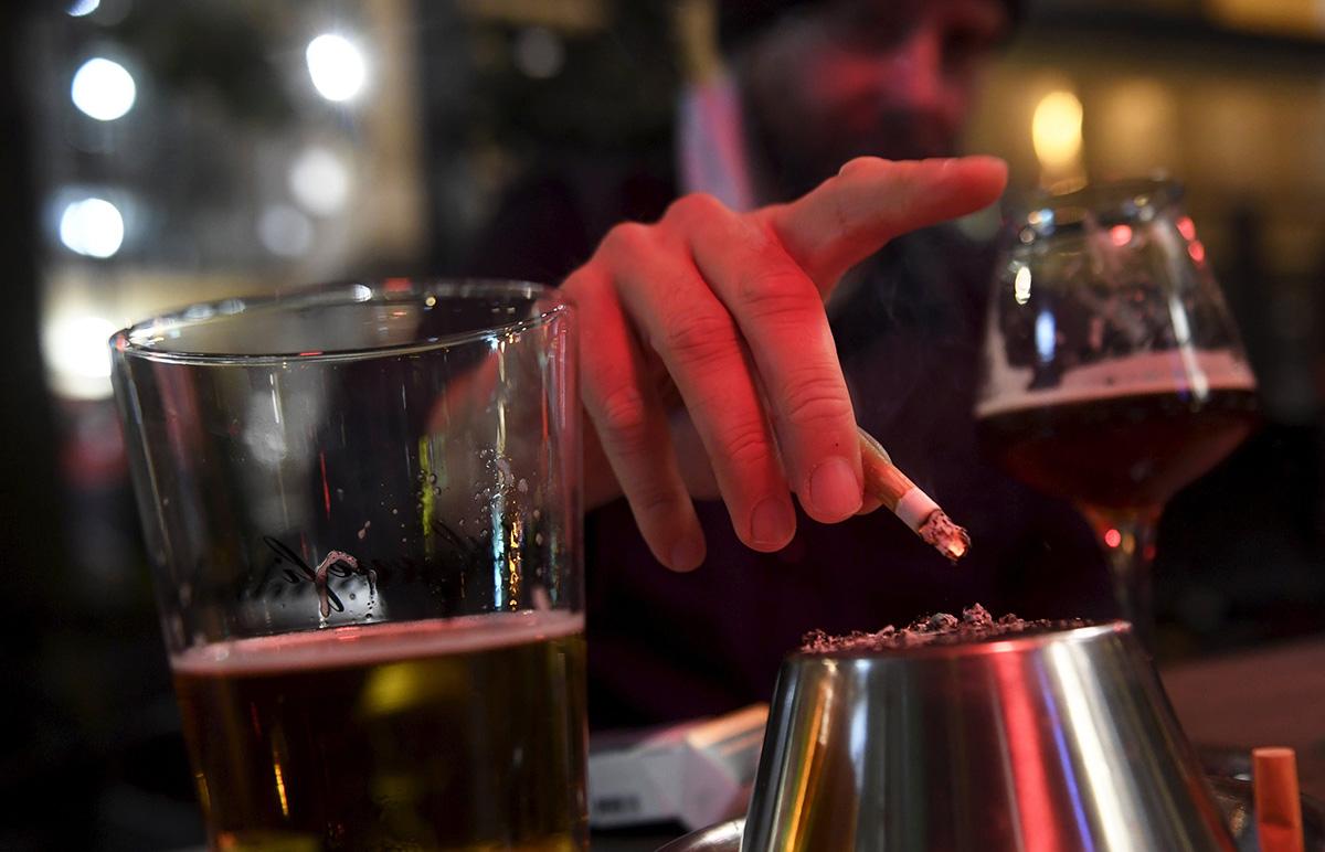Tupakkaa ja olutta. Kuvituskuva.