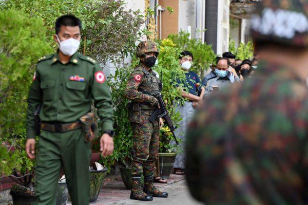 Sotilaat vartioivat temppeliä Yangonissa 2. helmikuuta.