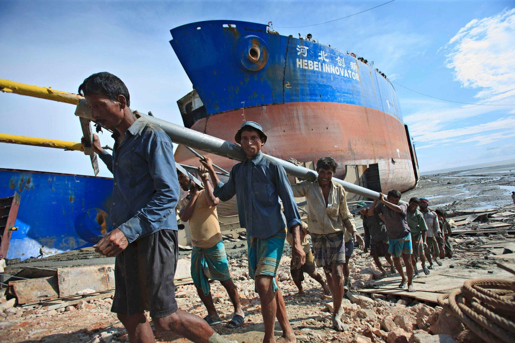 Bangladeshissa Sitakundon laivapurkamolla on tapahtunut lukuisia vakavia onnettomuuksia. Kuva vuodelta 2017.