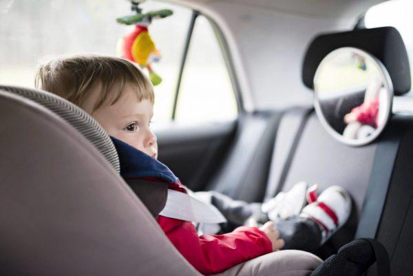 Lapsen läsnäolo autossa voi vaikeuttaa kuljettajan keskittymistä.