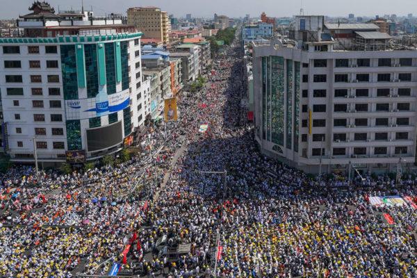 Mielenosoitus Mandalayn kaupungissa Myanmarissa 22. helmikuuta.