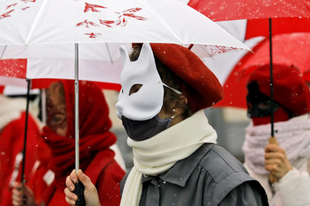 Mielenosoittajat pukeutuivat Valko-Venäjän aiemman lipun väreihin Minskissä tammikuussa 2021.
