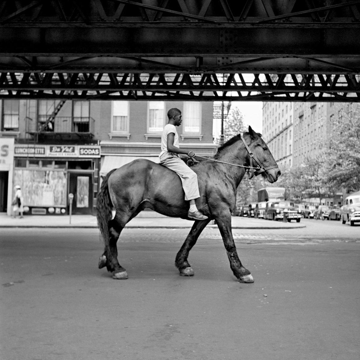 Vivian Maier kuvasi kotikaupunkiensa katujen elämää. Tämä otos on New Yorkista vuodelta 1953.