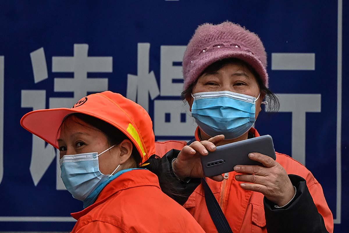 Kiinalaisia naisia Wuhanissa 4. helmikuuta 2021, jolloin WHO:n edustajat vierailivat kaupungissa selvittämässä koronapandemian alkua.