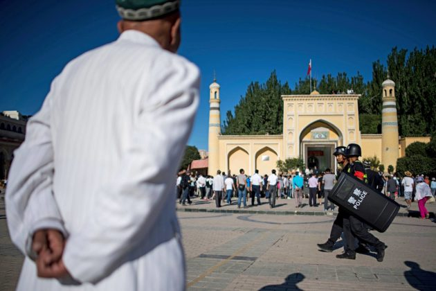 Muslimimiehiä moskeijan edustalla Xinjiangin maakunnan Kašgarissa kesäkuussa 2017. Sittemmin Kiina on tehnyt uskonnon harjoittamisesta alueella käytännössä mahdotonta.