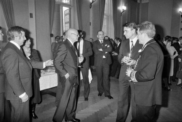 Yya-juhlavastaanotto Neuvostoliiton Helsingin suurlähetystössä 6. huhti- kuuta 1981. Urho Kekkonen ja Mauno Koivisto tervehtivät vain lyhyesti ja välttelivät muuten toisiaan. Oikealla suurlähettiläs Vladimir Sobolev.