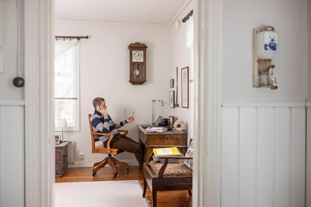 Postin yhteiskuntasuhdejohtaja Timo Anttila tekee töitä loma-asunnollaan Mynämäellä.