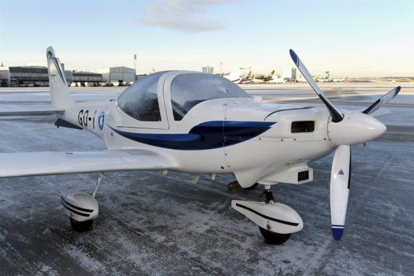 Ilmavoimien hankkima Grob -alkeiskoulutuskone Helsinki-Vantaan lentokentällä.