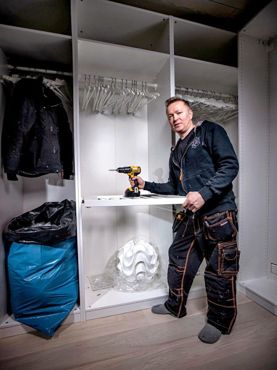 Rakennus- ja Remontointipalvelu Vellingin Kimmo Velling viimeistelee Collinin perheen pukeutumishuonetta Vihdin Nummelassa.