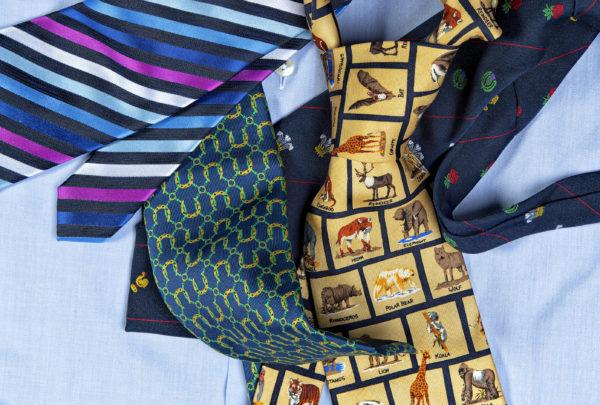 Neljä kravattia Jan Erolan yli tuhannen solmion kokoelmasta.