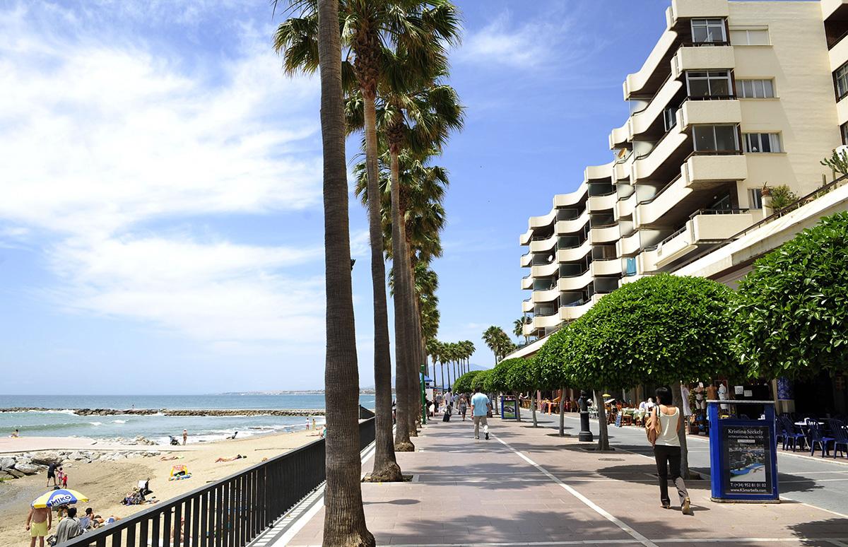 Britannian kansalaisia asuu EU-maista eniten Espanjassa. Rantakatu Marbellassa.