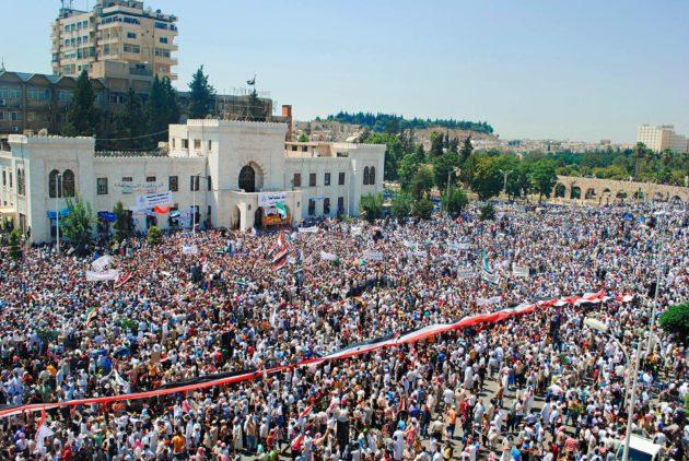 Hallitusta vastustava mielenosoitus Homsin kaupungissa Syyrian kansannousun alkuvaiheessa kesällä 2011.