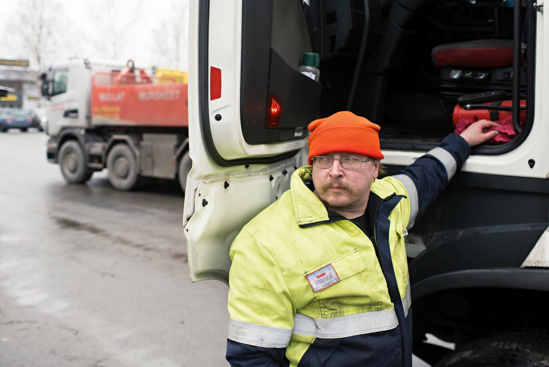 Mika Salonen siirtyi viitisen vuotta sitten kalavedenhoitajan tehtävistä rekan rattiin.