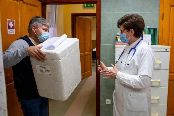 Kiinalaisen Sinopharmin koronarokotteita toimitettiin lääkärin vastaanotolle Unkarin Matranovakissa 24. helmikuuta.