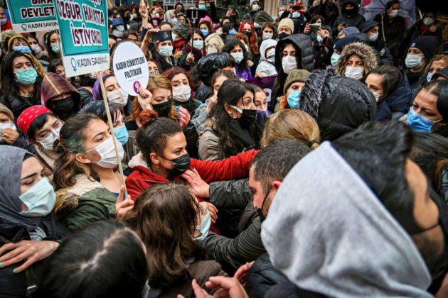 Turkin irtautuminen Istanbulin sopimuksesta sytytti mielenosoituksia Istanbulissa.
