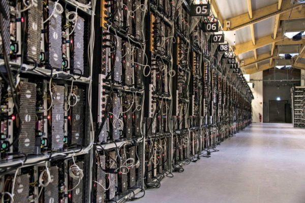 Bitcoinien louhiminen tietokoneilla vie valtavasti sähköä.