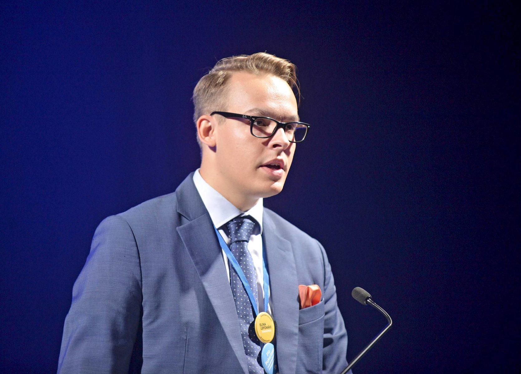 Kokoomusnuorten puheenjohtaja Matias Pajula kritisoi vaalien siirtoa.