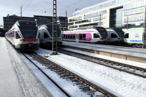 Junat seisoivat Helsingin päärautatieasemalla torstaiaamuna 18. maaliskuuta 2021.