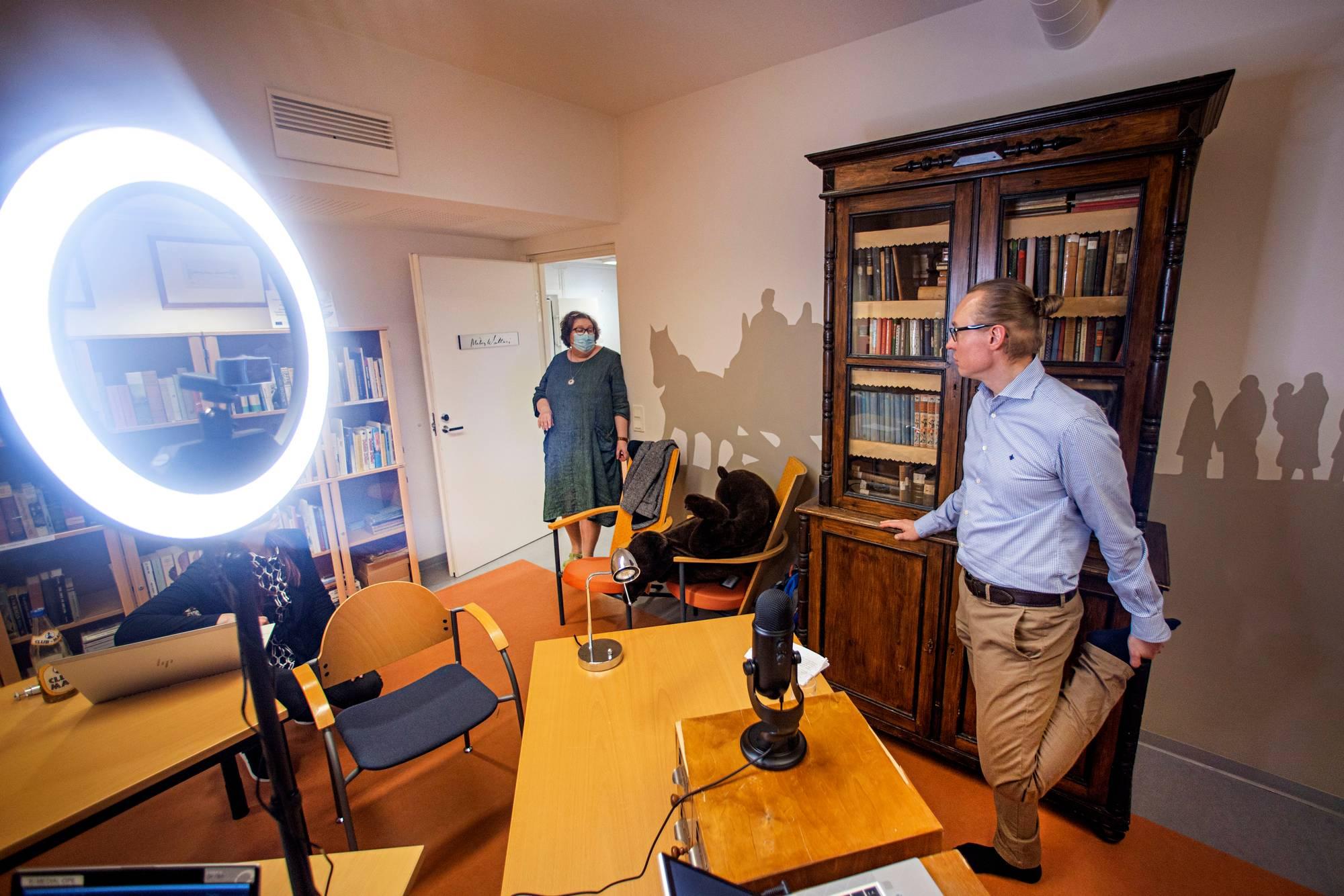 Puolentoista tunnin luento rengasvalon takana olevalle kameralle on ohi. Kirjastotoimenjohtaja Marianne Lindblad ja Harri Ahonen jaloittelevat.