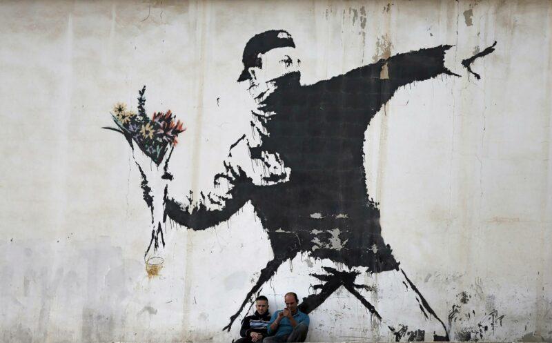 Rage, the Flower Thrower (2005), Betlehem, Palestiina. Teos tunnetaan myös nimellä Love Is in the Air. Kuva vuodelta 2015.