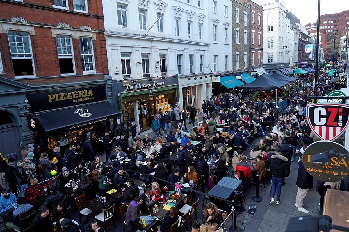 Lontoon Sohossa terassit täyttyivät jo aamusta 16. huhtikuuta 2021, kun ravintoloiden koronasulkua oli lievennetty.