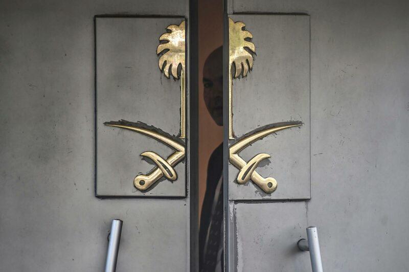 Saudivirkailija katsoo Istanbulin-konsulaatin ovenraosta 8. lokakuuta 2018.