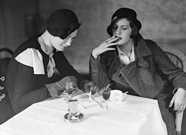 Naiset nauttivat virvokkeita 1930-luvun alussa.