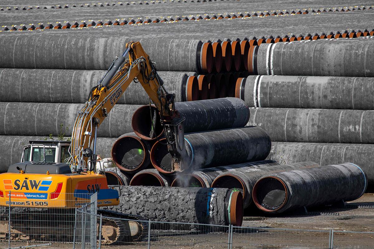 Nord Stream 2 -kaasuputken rakentamiseen varattuja elementtejä Saksassa.