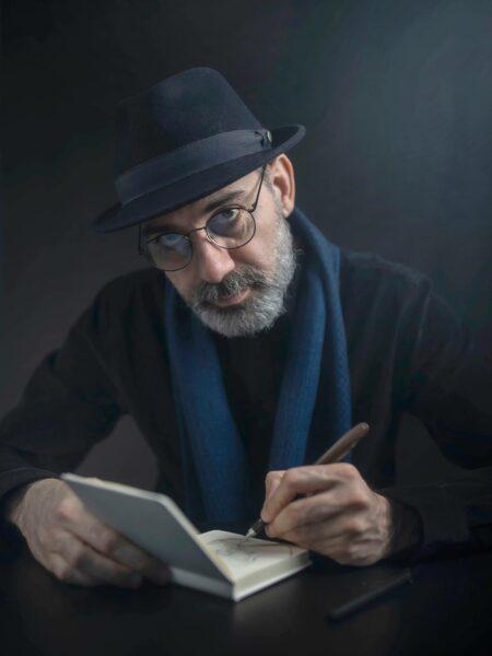 Pilapiirtäjä Kianoush Ramezanin suosikkirutiini on kuvien luonnostelu kahviloissa.