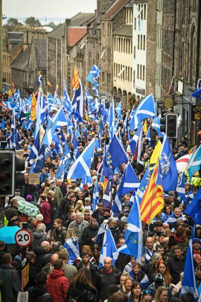 Skotlannin itsenäisyyttä ajavat aktivistit marssivat Edinburghissa lokakuussa 2019.