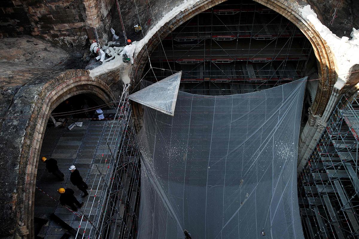 Notre Dame kattoa tuhoutui tulipalossa 15. huhtikuuta 2019. Toistaiseksi katedraalissa on valmisteltu varsinaisia korjaustöitä, jotka alkavat vuoden 2022 alussa.
