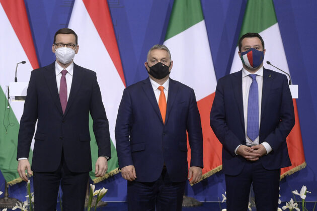 Puolan pääministeri Mateusz Morawiecki, Unkarin pääministeri Viktor Orbán ja Lega-puolueen puheenjohtaja Matteo Salvini poseerasivat kameroille tapaamisensa jälkeen Budapestissa 1. huhtikuuta.