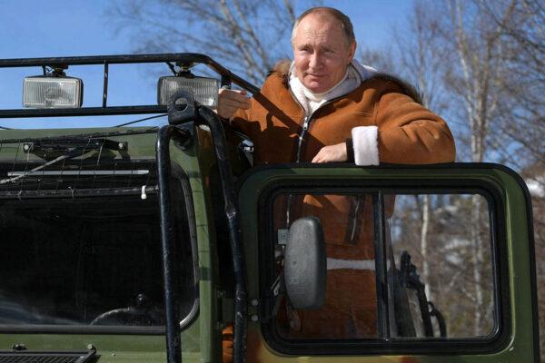 Venäjän presidentti Vladimir Putin ajoi telakuorma-autoa ja poseerasi valokuvaajille lomallaan Siperiassa 21. maaliskuuta.