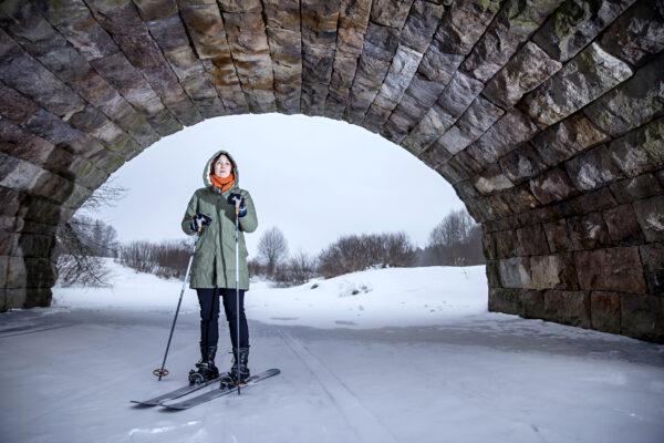 Kirjailija ja kolumnisti Tiina Raevaara hiihtelee kotimaisemissaan Keravalla.