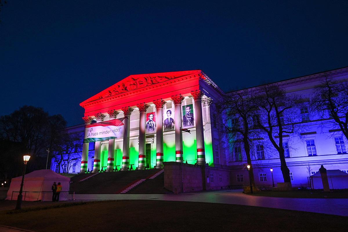Unkarin kansallismuseon julkisivu oli valaistu maan lipun värein kansallispäivänä 15. maaliskuuta 2021.